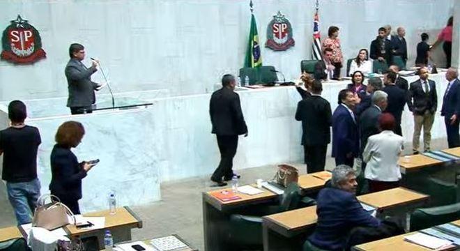 Deputados aprovam reforma da Previdência em meio a protestos de servidores