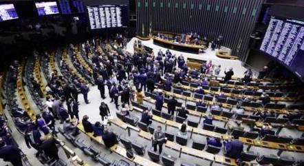 Resultado de imagem para Câmara dos Deputados aprova pena de prisão e multa para quem furar fila da vacina