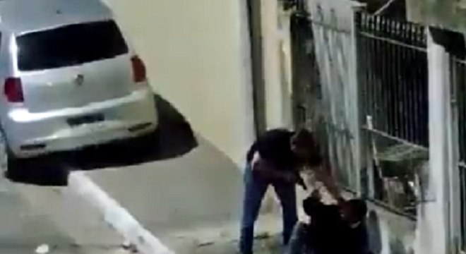 Durante o vídeo, entregador negou ter tentado assaltar policial