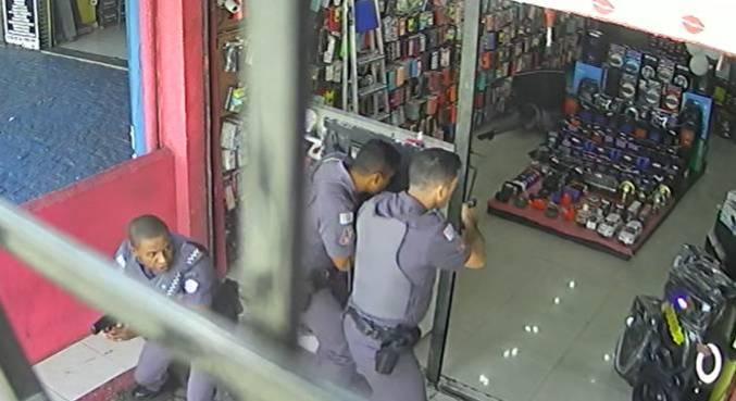 Imagem mostra o momento em que um dos suspeitos se rende após a chegada da PM