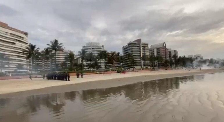 Polícia usa bombas para dispersar pessoas da praia de Riviera de São Lourenço