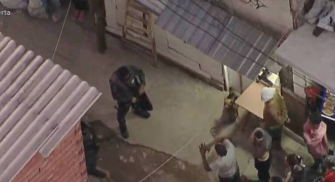 PMs são bloqueados por moradores em ação em comunidade no centro de SP