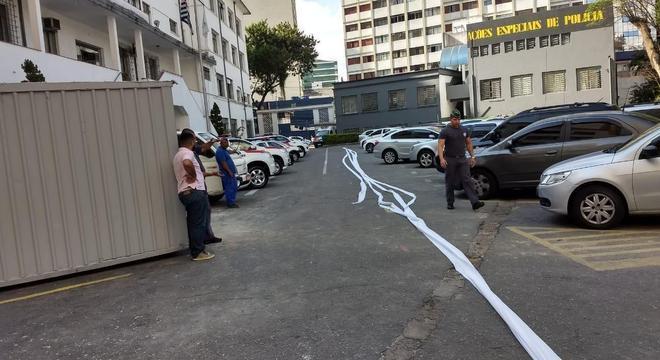 Policial esticou papel higiênico no pátio do batalhão