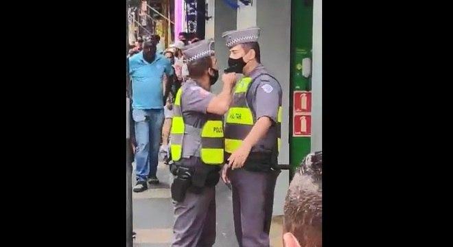 Policial militar aponta arma para colega no Centro de São Paulo