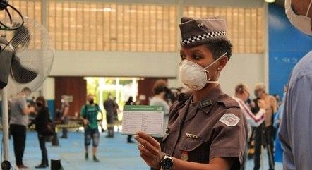 Tenente foi a 1ª PM a ser imunizada em SP