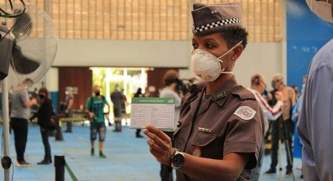A tenente Miranda foi a primeira PM a ser imunizada contra a covid-19 em SP