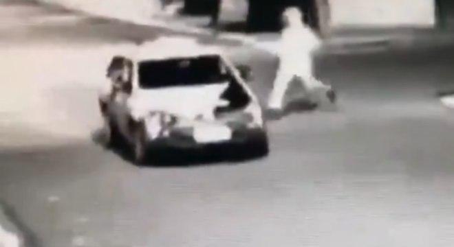 Suspeito corre em direção a viatura da PM após atentado em Nuporanga (SP)