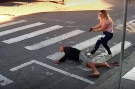 Kátia Sastre rende o bandido na porta da escola