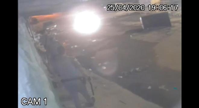 Jovem foi abordado por PMs e colocado numa viatura do 5° Baep em Osasco