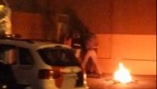 SP: PMs são flagrados agredindo homem com pedaço de madeira