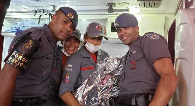 PMs posam ao lado de Valentina pouco após o parto dentro da viatura