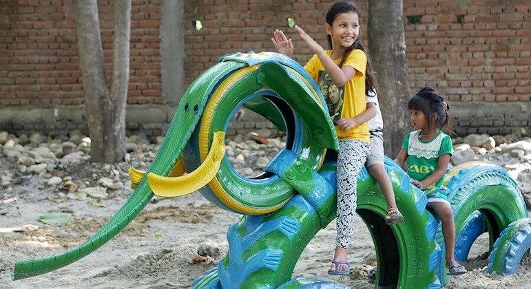 Alguns pneus são transformados em brinquedos com formatos de animais