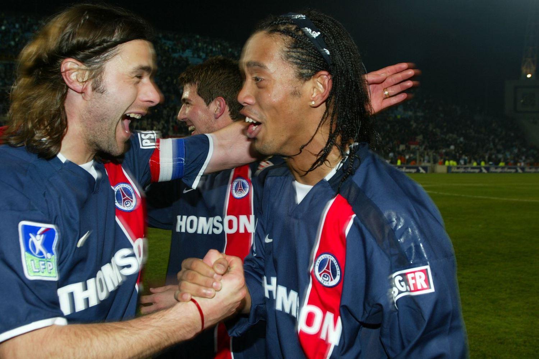 Pochettino foi capitão do PSG. No início dos anos 2000, alegre comemoração com Ronaldinho