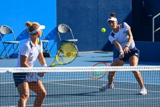 PÓDIO NO TÊNIS - Em grande duelo, as brasileiras Laura Pigossi e Luisa Stefanie vencerar Kudermetova e Versina, do Comitê Olímpico Russo e ficaram com a medalha de bronze no tênis de duplas feminino. As russas venceram o primeiro set por 6 a 4, mas as brasileiras empatara ao ganhar o segundo, também por 6 a 4. No set desempate, Laura e Luisa venceram por 11 a 9 após estarem em desvantagem de quatro pontos.