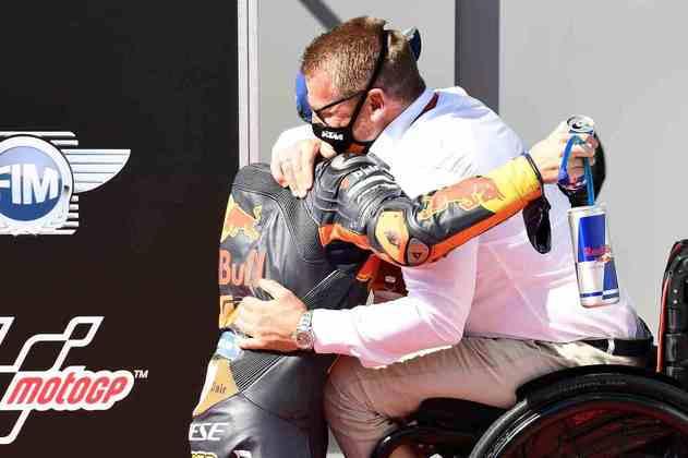 Pol Espargaró comemora com o chefe da KTM  (Foto: Red Bull Content Pool)