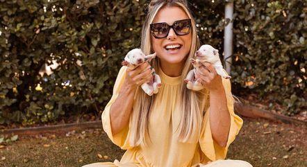 Poliana pegou dois filhotinhos na mão