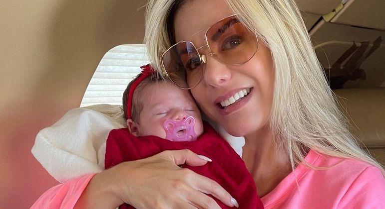 Poliana Rocha registra primeira viagem de avião da neta, Maria Alice