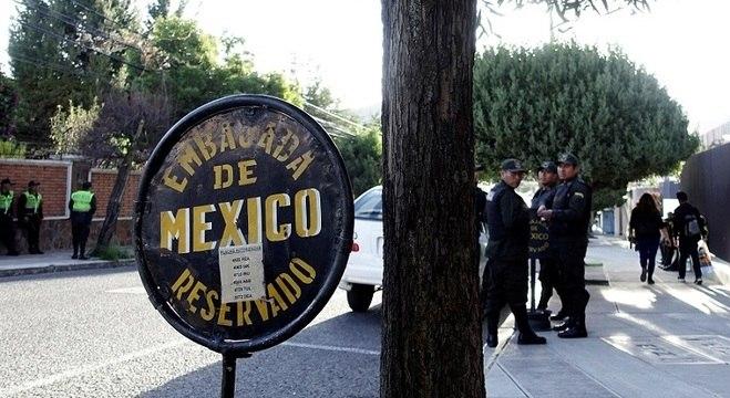 Polícia boliviana na porta da embaixada do México