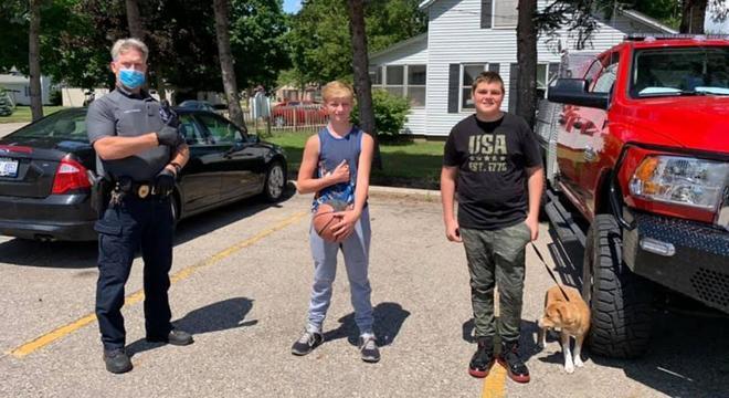 Oficial tirou foto com os meninos para agradecer a boa ação