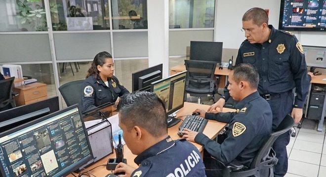 Jose Gil, vice-ministro de Informações e Inteligência Cibernética na Cidade do México, supervisiona sua equipe