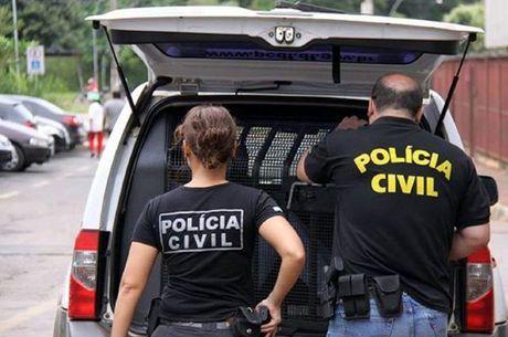 Policiais fizeram uma vistoria na clínica e apreenderam materiais