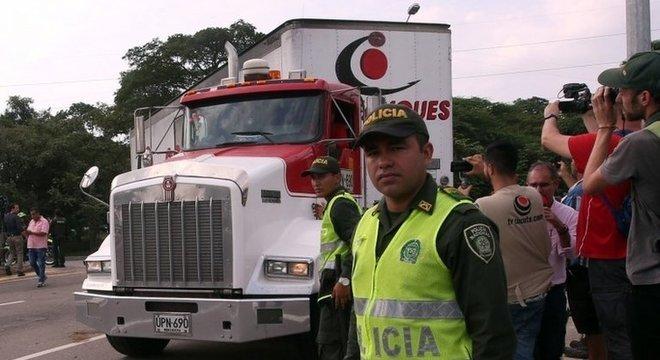 Policiais colombianos fazem a guarda dos veículos, enquanto entrada de suprimentos não é liberada na Venezuela