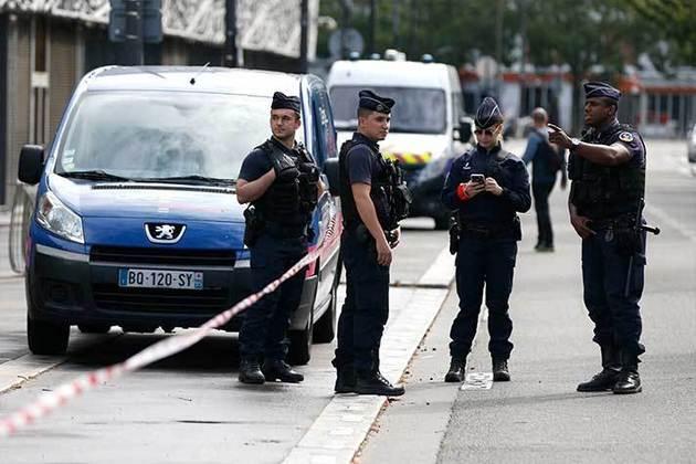 Polícia de Paris já começou a delimitar espaço de circulação entre torcedores e imprensa