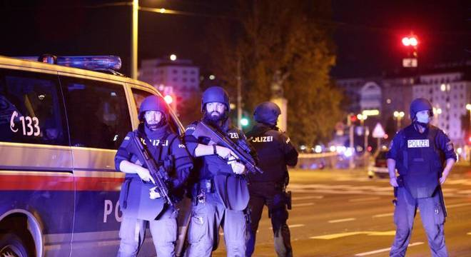 Polícia realizado bloqueios em diversas ruas nos arredores do centro de Viena