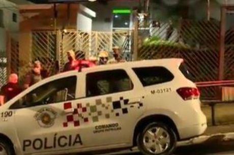 Polícia em frente a prédio onde dois corpos foram encontrados trancados em banheiro na zona sul de São Paulo