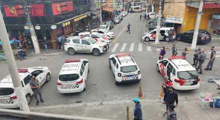 Polícia em frente a supermercado onde ocorreu assalto
