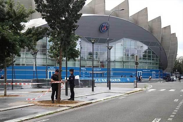 Polícia faz trabalho de isolamento com faixas nas calçadas do entorno do Parque dos Príncipes