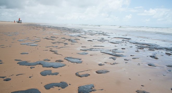 Manchas de óleo vem afetando praias do Nordeste desde setembro