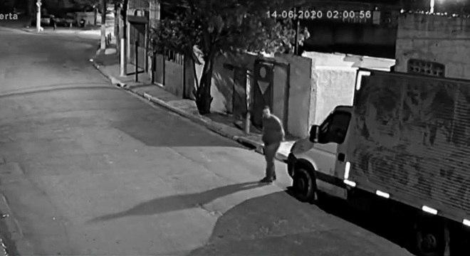 Sargento aparece no vídeo escondendo objeto parecido com arma nas mãos