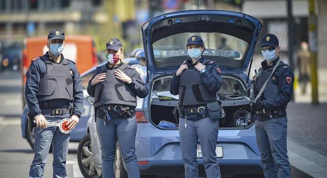 Policiais patrulham ruas de Milão, Itália, durante a pandemia de covid-19