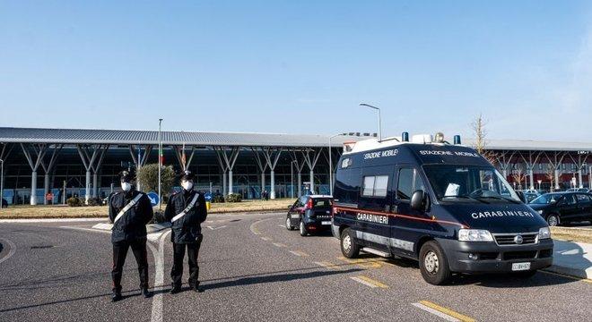 Pequenas cidades no norte da Itália estão em quarentena e a polícia monitora a entrada e saída de veículos