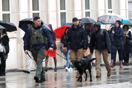 Policiais vigiam o prédio onde acontece o julgamento