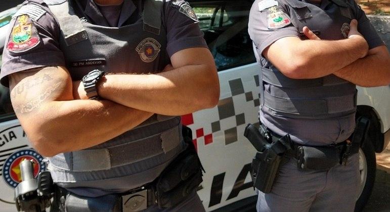 Policiais com coletes de proteção incorporados ao uniforme: violência normalizada