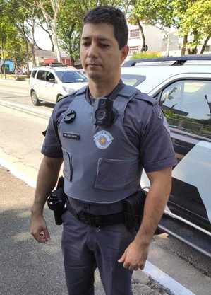 Policial militar exibe equipamento