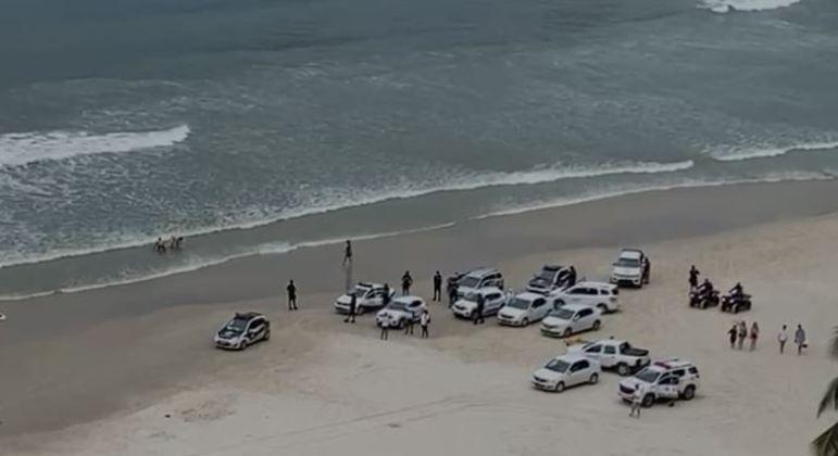Polícia invade praia de Pitangueiras, no Guarujá, para retirar banhistas das areias