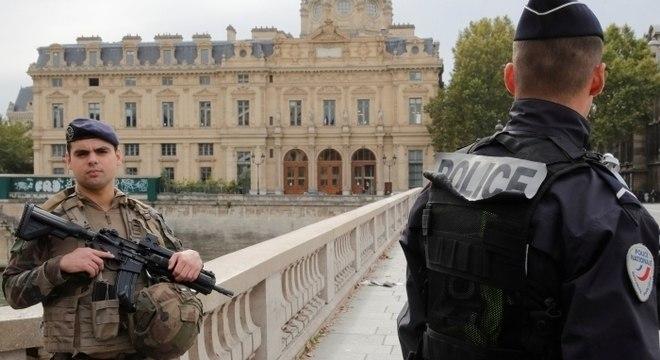 Homem armado com uma faca atacou agentes na sede da polícia de Paris