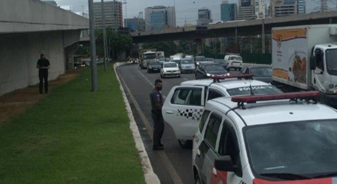 Policiais militares fazem a segurança do local até a chegada do resgate