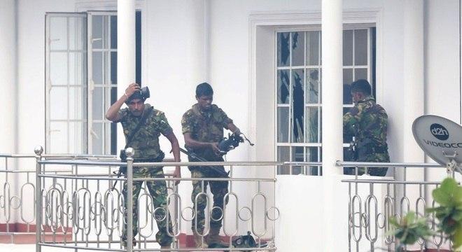 Policiais fazem busca em casa na cidade de Colombo, capital do Sri Lanka