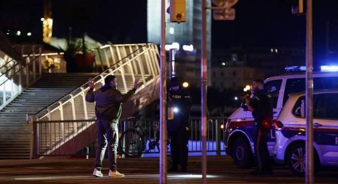 Polícia checa homem que transitava perto do local do atentado em Viena