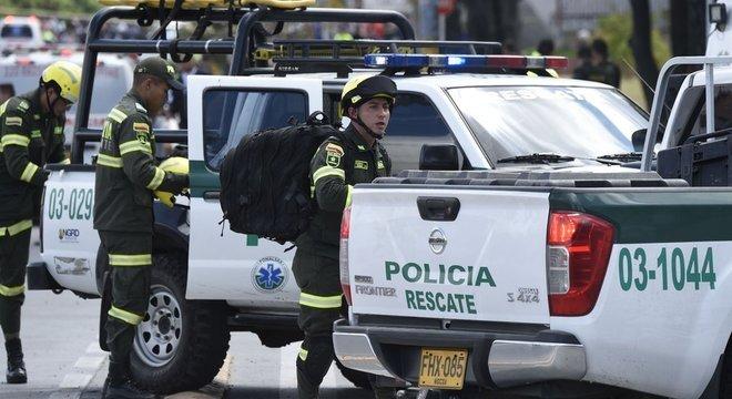 Policiais colombianos no local da explosão desta quinta-feira; episódio ocorreu na academia de polícia de Bogotá