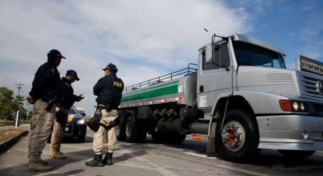 Policiais da PRF ao lado de caminhão da Petrobras no Rio