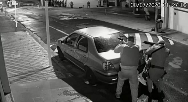 Durante assalto em Botucatu, bandidos trocaram tiros com a polcia durante cerca de três horas