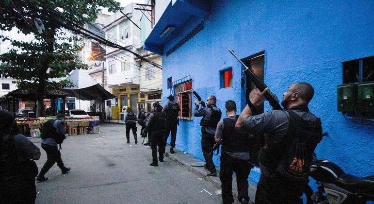 Policiais em dia de operação que teve saldo de 29 mortes no Jacarezinho, no Rio de Janeiro