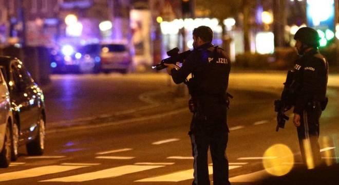 Policiais fazem megaoperação nas ruas do centro de Viena após ataque terrorista