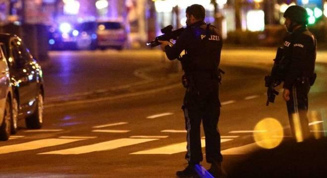 Ruas do entorno de onde aconteceram os ataques estão fechadas pela polícia