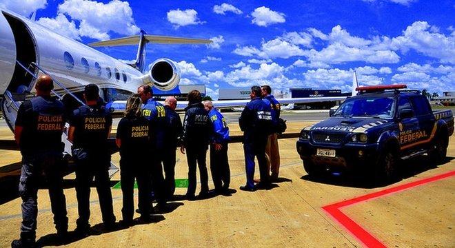 Policiais federais em pista de aeroporto